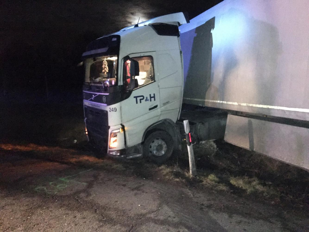 Árokba csúszott egy kamion az M7-esen