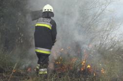 Szikracsapóval dolgozik egy tűzoltó