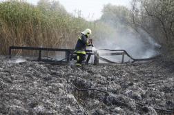 Elégett hídnál dolgozik a tűzoltó