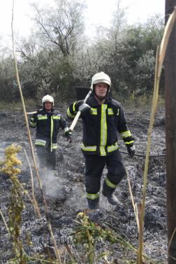 Vállukon szikracsapóval jönnek a tűzoltók