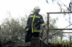 Tömlőt tart egy tűzoltó