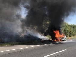 Lángba borult autó fekete füsttel