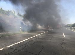 Füst takarásában az égő autó a sztrádán