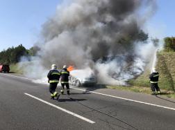 Az égő autót és partfalat oltják a tűzoltók