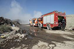 Szemétrakat mellett tűzoltóautók