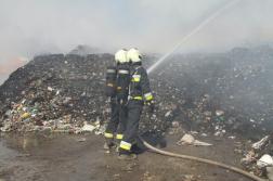Szeméthalmot oltanak a tűzoltók