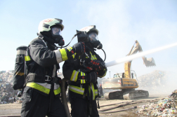 Tűzoltók légzőkészülékben