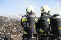 Tűzoltók légzőkészülékben hátulról