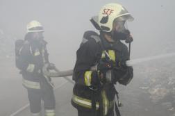 Tűzoltók légzőkészülékben vízsugárral