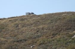 Katasztrófavédelmi mobil labor járműve a dombtetőn