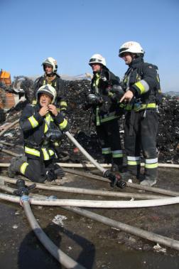 Négy tűzoltó beavatkozás közben