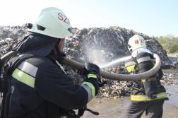 Oltás közben tűzoltók hátulról