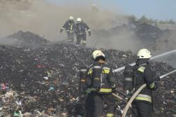 Tűzoltók a szeméthalom oltása közben