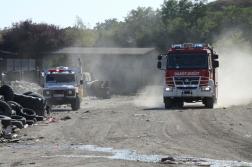 Katasztrófavédelmi mobil labor járműve és egy tűzoltóautó