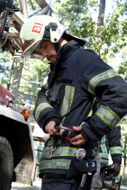 Mászóövet vesz a tűzoltó