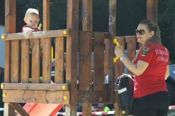 Játszótéren kisfiú az anyukájával