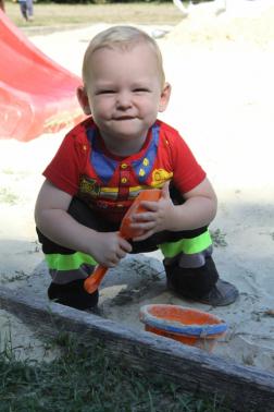 Kisfiú homokozóban