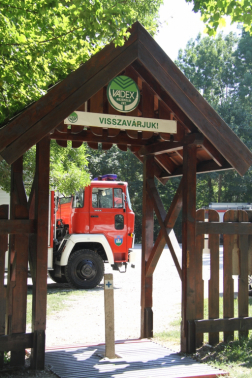Kapu háttérben tűzoltóautóval