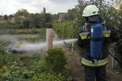 Tűzoltó vízzel hűti a gázpalackokat