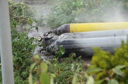Földön lévő gázpalackok és a vízsugár
