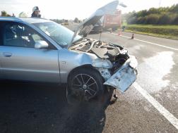 Személygépkocsi összetört eleje