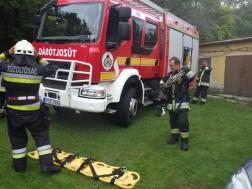 Tűzoltóautó és két tűzoltó