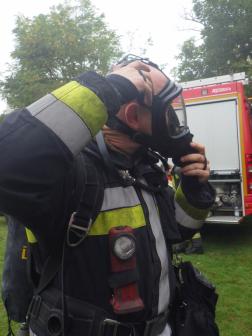 Légzőálarcot vesz fel a tűzoltó