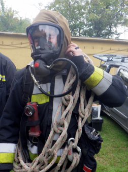 Tűzoltó légzőálarcban mentőkötéllel