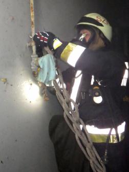 Tűzoltó a pincében kötelet köt ki