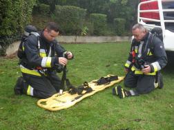 Két tűzoltó és board hordágy
