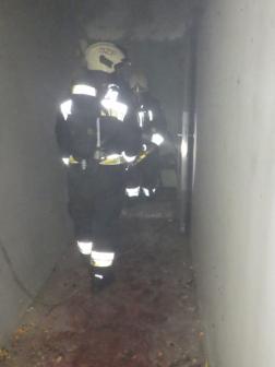 Tűzoltók a füstös pincében