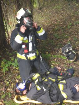 Tűzoltó és a kimentett ember légzőálarcban