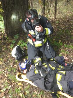 Tűzoltó légzőben és a kimentett személy